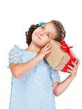 Kleines Mädchen, das ein Geschenk anhält Stockfoto