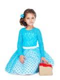 Kleines Mädchen, das ein Geschenk anhält Lizenzfreies Stockfoto