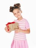 Kleines Mädchen, das ein Geschenk anhält Stockfotografie