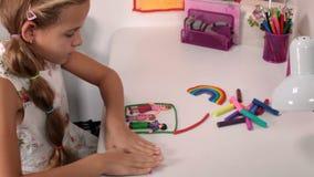 Kleines Mädchen, das ein glückliches Familienhaus vom Modellierton macht stock video