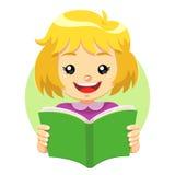Kleines Mädchen, das ein Grünbuch liest Stockfoto