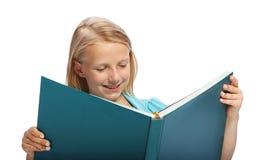 Kleines Mädchen, das ein großes Buch liest Lizenzfreies Stockbild