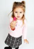 Kleines Mädchen, das ein Inneres anhält Lizenzfreie Stockfotografie