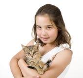Kleines Mädchen, das ein Kätzchen anhält Lizenzfreies Stockbild