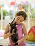 Kleines Mädchen, das ein Kätzchen anhält Lizenzfreie Stockfotografie