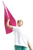 Kleines Mädchen, das ein Papierflugzeug fliegt Stockbild