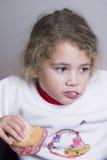 Kleines Mädchen, das ein Sandwich isst Lizenzfreie Stockbilder