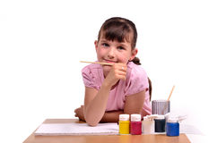 Kleines Mädchen, das eine Abbildung mit colorfu Lacken malt Stockfotografie