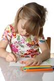 Kleines Mädchen, das eine Abbildung zeichnet Stockfoto