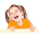 Kleines Mädchen, das eine Anschlagtafel anhält Lizenzfreies Stockfoto