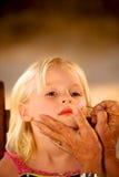 Kleines Mädchen-Gesichts-Malerei Stockfoto