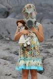 Kleines Mädchen, das eine Gasmaske trägt Stockfotos