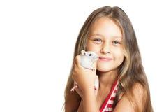 Kleines Mädchen, das eine Haustierratte hält Stockbild