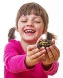 kleines Mädchen, das eine Haustierschildkröte hält Lizenzfreie Stockbilder