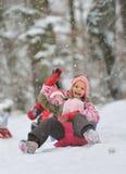 Kleines Mädchen, das eine Pferdeschlittenfahrt genießt Lizenzfreie Stockfotografie