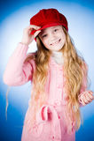 Kleines Mädchen, das eine Schutzkappe anhält stockfotografie