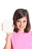 Kleines Mädchen, das eine weiße Karte zeigt Lizenzfreie Stockfotos