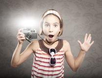 Kleines Mädchen, das eine Weinlesekamera anhält stockbild