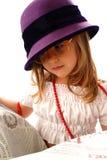 Kleines Mädchen, das eine Zeitung liest Lizenzfreies Stockbild