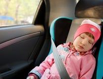 Kleines Mädchen, das in einem Auto schläft Lizenzfreie Stockfotografie