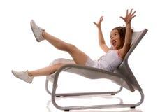 Kleines Mädchen, das in einem Stuhl sitzt Lizenzfreies Stockfoto
