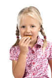 Kleines Mädchen, das einen Biskuit isst. lizenzfreies stockfoto