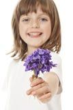 Kleines Mädchen, das einen Blumenstrauß gibt Stockfotografie