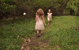 Kleines Mädchen, das einen Frühlingskleiderbetrieb trägt Stockfoto