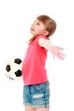 Kleines Mädchen, das einen Fußball hält Stockfotos