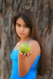 Kleines Mädchen, das einen grünen Apfel isst Stockfotografie