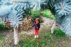 Kleines Mädchen, das in einen Hotelgarten geht Lizenzfreie Stockbilder