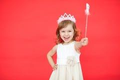 Kleines Mädchen, das einen magischen Stab in ihrer Hand hält Lizenzfreies Stockfoto