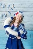 Kleines Mädchen, das einen Rettungsring und ein Lachen hält Stockfotos