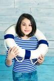 Kleines Mädchen, das einen Rettungsring und ein Lachen hält Lizenzfreie Stockfotos