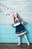 Kleines Mädchen, das einen Rettungsring und ein Lachen hält Stockbild