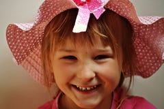 Kleines Mädchen, das einen rosa Hut trägt stockfotos
