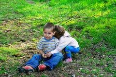 Kleines Mädchen, das einen schreienden Jungen umarmt lizenzfreie stockfotografie
