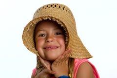 Kleines Mädchen, das einen Strohhut trägt Stockbilder