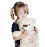 Kleines Mädchen, das einen Teddybären anhält Stockfotografie