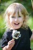 Kleines Mädchen, das Eiscreme isst stockfotos