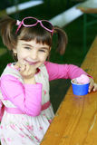 Kleines Mädchen, das Eiscreme isst Stockbild