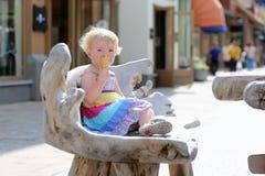 Kleines Mädchen, das Eistüte in der Stadt isst Lizenzfreie Stockfotos