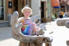 Kleines Mädchen, das Eistüte in der Stadt isst Lizenzfreie Stockbilder