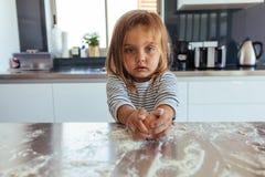 Kleines Mädchen, das en-Ei bricht lizenzfreie stockfotografie