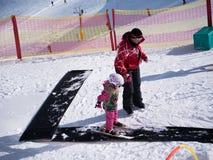 Kleines Mädchen, das erlernt Ski zu fahren Skischule in Österreich, Zams am 22. Februar 2015 Lizenzfreie Stockfotografie