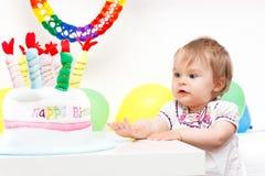 Kleines Mädchen, das ersten Geburtstag feiert Stockbilder