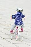 Kleines Mädchen, das Fahrrad fährt Lizenzfreie Stockbilder