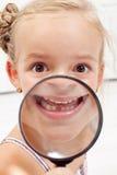 Kleines Mädchen, das fehlende Zähne zeigt Stockbild