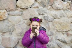 Kleines Mädchen, das Fotos macht Lizenzfreie Stockfotos