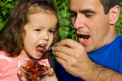 Kleines Mädchen, das Früchte isst Stockfotografie